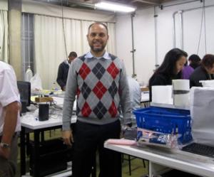 Professor Alberto Tufaile em aula de laboratório.