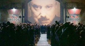 """Cena do filme, 1984, com o """"Grande Irmão"""", ao centro,  observando a tudo e a todos."""