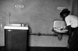 Para ilustrar a matéria: os bebedouros de negros e brancos na Carolina do Sul, nos Estados Unidos.