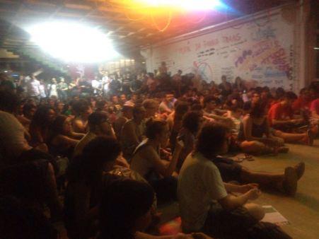 Estudantes assistem debate no Espaço Verde, na FFLCH.