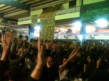Estudantes em assembleia aprovam greve por tempo indeterminado.
